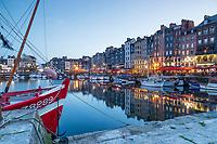 France, Calvados (14), Honfleur, le Vieux Bassin le soir // France, Calvados, Honfleur, the Vieux Bassin in the evening
