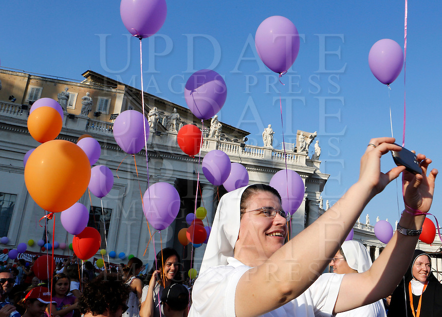 Una suora scatta foto durante l'incontro del Papa con le famiglie in Piazza San Pietro, Citta' del Vaticano, 26 ottobre 2013.<br /> A nun takes pictures during a meeting attended by the Pope with families in St. Peter's Square at the Vatican, 26 October 2013.<br /> UPDATE IMAGES PRESS/Riccardo De Luca<br /> <br /> STRICTLY ONLY FOR EDITORIAL USE