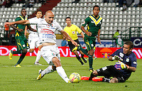 MANIZALES-COLOMBIA-02 -11-2013 : Edwards Jimenez (Izq) del Once Caldas disputa el balon con Ocar Meza guardameta  (Der) del Deportes Quindio , durante partido por la fecha 17 de la Liga Postobon II-2013 ,jugado en el estadio Palogrande de  la ciudad de Manizales./  Edwards Jimenez (L) of Once Caldas fights for the ball with goalkeeper Oscar Meza (Der) of Deportes Quindio, during party by the date 17 of the League Postobon II-2013, played at the stadium Palogrande of the city of Manizales..Photo:VizzorImage / Santiago Osorio / Stringer