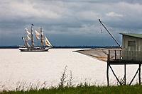 Europe/France/Aquitaine/33/Gironde/Pauillac: Le Belem qui remonte l'estuaire de la Gironde pour le Fête du Fleuve à Bordeaux et carrelet sur l'Estuaire de la Gironde