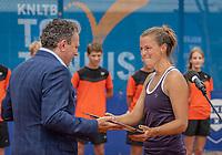 Amstelveen, Netherlands, 10 Juli, 2021, National Tennis Center, NTC, Amstelveen Womans Open, Singles final:  Sponsor Ronald Coster hand the winners trophy to Quirine Lemoine (NED)<br /> Photo: Henk Koster/tennisimages.com