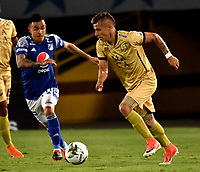 BOGOTA-COLOMBIA, 11-10-2020: Santiago Montoya de Millonarios y Jhon Fredy Salazar de Rionegro Aguilas Doradas disputan el balon, durante partido entre Millonarios y Rionegro Aguilas Doradas de la fecha 13 por la Liga BetPlay DIMAYOR 2020 jugado en el estadio Nemesio Camacho El Campin de la ciudad de Bogota. / Santiago Montoya of Millonarios and Jhon Fredy Salazar of Rionegro Aguilas Doradas figth for the ball, during a match between Millonarios and Rionegro Aguilas Doradas of the 13th date for the BetPlay DIMAYOR League 2020 played at the Nemesio Camacho El Campin Stadium in Bogota city. / Photo: VizzorImage / Luis Ramirez / Staff.