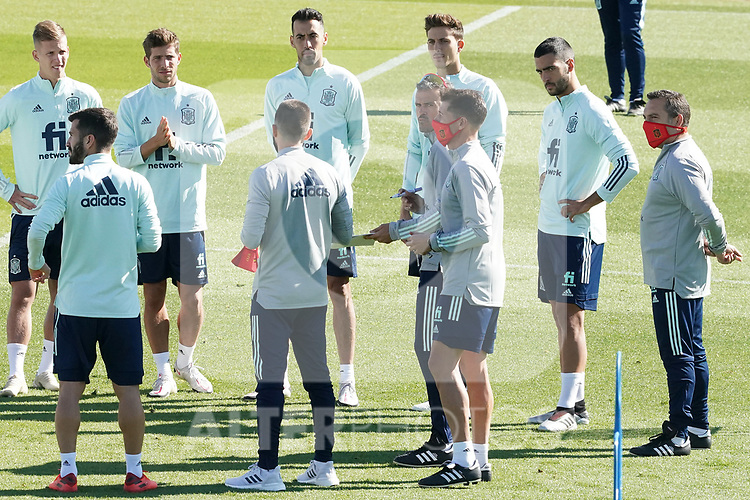 Spain's coach Luis Enrique Martinez with his players during training session. October 6,2020.(ALTERPHOTOS/Acero)
