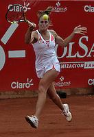 BOGOTÁ - COLOMBIA - 23-02-2013: Karin Knapp de Italia devuelve la bola a Jelena Jonkovic de Serbia, durante partido por la Copa de Tenis WTA Bogotá, febrero 23 de 2013. (Foto: VizzorImage / Luis Ramírez / Staff). Karin Knapp from Italy returns the ball to Jelena Jonkovic from Serbia, during a match for the WTA Bogota Tennis Cup, on February 23, 2013, in Bogota, Colombia. (Photo: VizzorImage / Luis Ramirez / Staff)....................................