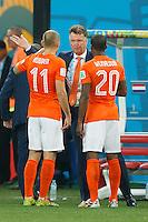 Netherlands manager Louis van Gaal talks to Arjen Robben and Georginio Wijnaldum