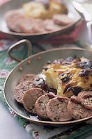 """Europe/France/Rhône-Alpes/38/Isère/l'Alpe-d'Huez: """"Murçon"""" saucisse au Carvi - au vin rouge , Gratin dauphinois recette de Phillipe Lanot du restaurant """"Le Passe Montagne"""""""