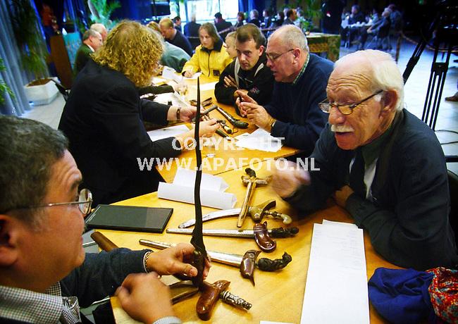 Arnhem,30-10-99  foto:Koos Groenewold (APA-Foto)<br />Tientallen mensen kwamen vandaag langs museum bronbeek in Arnhem  met hun kris ( een soort dolk) .Een vijftal deskundigen taxeerden de waarde,vertelden over de leeftijd van de kris en waar hij gemaakt is.Door de grote belangstelling was de tijd die men had beperkt.
