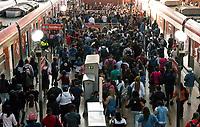 SÃO PAULO, SP, 12.04.2021:  Movimentação CPTM SP -Movimentação de passageiros na  Estação da Luz da CPTM  região central da cidade de São Paulo na manhã desta segunda -feira (12). A cidade de São Paulo volta hoje para a fase vermelha do Plano SP.