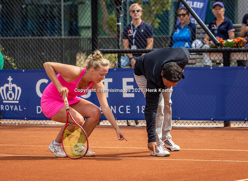 Amstelveen, Netherlands, 7 Juli, 2021, National Tennis Center, NTC, Amstelveen Womans Open,  Semifinal: Yana Morderger (GER) in discussion with the umpire<br /> Photo: Henk Koster/tennisimages.com