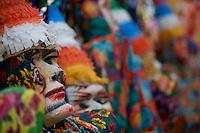 Concentração do Bloco Xupa Osso. Ele tem como principal atração os bonecos fobós gigantescos. Outra tradição dele é o banho de cheiro do Pará e os banhos de espuma ao longo do caminho, refrescando os foliões, sem contar a maizena que é jogada entre os brincantes em todos os demais blocos. O CARNAPAUXIS é o carnaval de Óbidos. Ele recebe esta denominação em homenagem aos primeiros habitantes da terra obidense, os Índios Pauxis.  Manifestação popular que expressa a história e cultura do povo. Cerca de 30 mil foliões, saem pelas estreitas e enladeiradas da cidade. O carnaval de Óbidos existe desde o início do 1894, porém, neste novo formato, está completando 15 anos.O Mascarado Fobó se tornou o símbolo maior do Carnapauxis, com toda a sua indumentária composta por capacete colorido, a máscara confeccionada artesanalmente, a bexiga, o dominó (roupa tipo macacão de florão), o referee e o elemento essencial da diversão – a Maisena; ele é um boneco gigantesco confeccionado e ornamentado para dar maior colorido e brilhantismo ao evento.