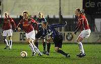 Club Brugge Vrouwen - PSV Eindhoven :<br /> <br /> Lore Dezeure (M) wordt gehaakt door Vera Egelmeers (R), en Vita van der Linden (L) gaat er met de bal vandoor<br /> foto Dirk Vuylsteke / Nikonpro.be