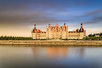 France, Loire-et-Cher (41), Chambord, château de Chambord, la façade nord-ouest et le Cosson le soir