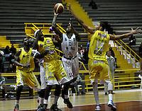 BOGOTA - COLOMBIA - 22-04-2013: Thomas (Cent.) de Piratas de Bogotá, disputa el balón con Alex (Iqz.) y Hernandez (Der.) de Bucaros de Bucaramanga, abril 22 de 2013. Piratas y Bucaros en la tercera fecha de la fase II de la Liga Directv Profesional de baloncesto en partido jugado en el Coliseo El Salitre. (Foto: VizzorImage / Luis Ramírez / Staff).  Thomas (C) of Piratas from Bogota, fights for the ball with Alex (L) and Hernandez (R) of Bucaros from Bucaramanga, April 22, 2013. Pirates and Bucaros in the third match of the phase II of the Directv Professional League basketball, game at the Coliseum El Salitre. (Photo: VizzorImage / Luis Ramirez / Staff)..