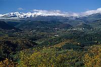 Europe/France/Auvergne/63/Puy-de-Dôme/Parc Naturel Régional des Volcans/Puy-de-Sancy: Le Puy-de-Sancy (1885mètres) vu depuis les environs de St Nectaire - En fond le Château de Murol