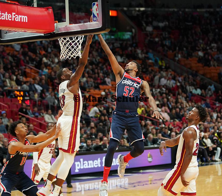 Jordan McRae (G, Washington Wizards, #52) gegen Bam Adebayo (C/F Miami Heat, #13) - 22.01.2020: Miami Heat vs. Washington Wizards, American Airlines Arena