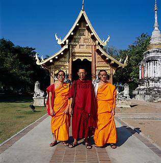 Thailand, Chiang Mai: Buddhist monks at Wat Phra Singh temple   Thailand, Chiang Mai: Moenche im Wat Phra Singh Tempel