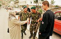 Tuerkische KFOR-Soldaten patroullieren durch Prizren. Sie werden freudig von einer Kosovo-Albanerin (rechts der Sohn) begruesst, obwohl sich viele Kosovo-Albaner beschweren, von den Tuerken als drittklassige Moslems behandelt zu werden.<br /> Prizren/Jugoslawien, 30.7.1999<br /> Copyright: Christian-Ditsch.de<br /> [Inhaltsveraendernde Manipulation des Fotos nur nach ausdruecklicher Genehmigung des Fotografen. Vereinbarungen ueber Abtretung von Persoenlichkeitsrechten/Model Release der abgebildeten Person/Personen liegen nicht vor. NO MODEL RELEASE! Don't publish without copyright Christian-Ditsch.de, Veroeffentlichung nur mit Fotografennennung, sowie gegen Honorar, MwSt. und Beleg. Konto: I N G - D i B a, IBAN DE58500105175400192269, BIC INGDDEFFXXX, Kontakt: post@christian-ditsch.de<br /> Urhebervermerk wird gemaess Paragraph 13 UHG verlangt.]
