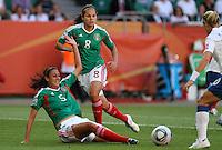 Wolfsburg , 270611 , FIFA / Frauen Weltmeisterschaft 2011 / Womens Worldcup 2011 , Gruppe B  ,  ..England - Mexico ..Natalie Vintie und Guadelupe Worbis (Mexico) ..Foto:Karina Hessland ..