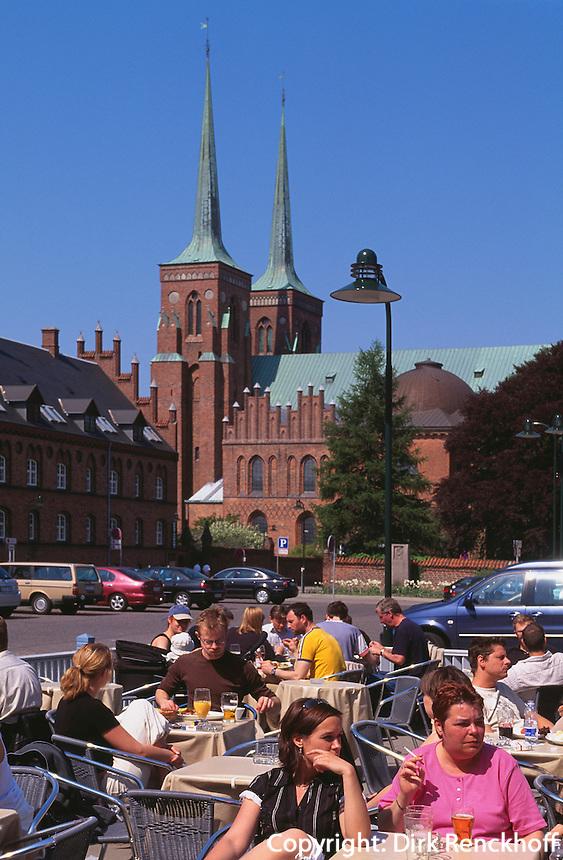 Dom und Cafe beim Rathaus in Roskilde bei Kopenhagen, Seeland, Dänemark, Unesco-Weltkulturerbe