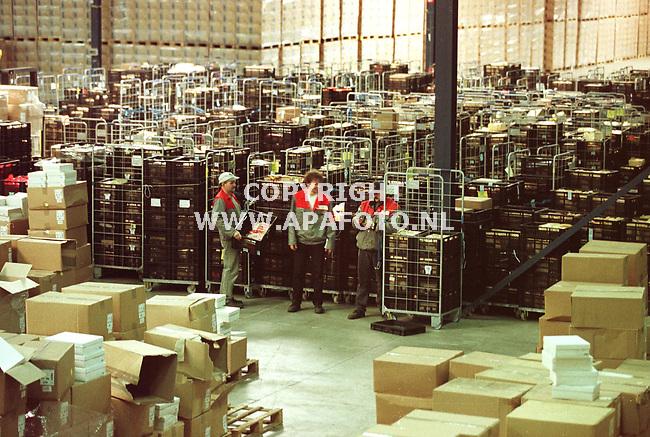 Gennep.09-06-99  Foto:Koos Groenewold<br />Bij Van Der Graaf staan vele produkten die uit de Albert Hein filialen zijn verwijderd in verband met het dioxineschandaal in Belgie.