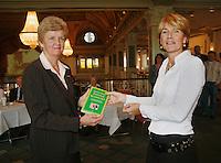 1-11-07, Scheveningen, Boekpresentatie  Marcella Mesker, Betty Stove ontvangt het eerste exemplaar ui handen van Marcella Mesker(r)
