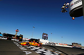 Ryan Hunter-Reay, Andretti Autosport Honda takes the checkered flag