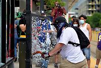 SALT LAKE CITY - USA, 31-05-2020: Con la quema de dos patrullas de la policía, grafitis en la fachada del Capitolio terminó la congregación de miles de personas desde la mañana de este sábado, 30 de mayo de 2020, en el centro de Salt Lake City para rechazar recientes casos de violencia policial en Minneapolis y otros lugares del país. Los manifestantes se empezaron a reunir a las 11 a.m. frente a la librería del centro de Salt Lake City, el Departamento de Policía y el capitolio. La convocatoria inició con una caravana de autos con pancartas para protestar por la muerte de George Floyd en Minneapolis mientras era detenido por policía tras intentar cambiar un billete falso de $ 20. / With the burning of two police patrols, graffiti on the Capitol facade ended the congregation of thousands of people since the morning of the saturday, May 30, 2020, in downtown Salt Lake City to reject recent cases of police violence in Minneapolis and other parts of the country. . Protesters began to gather at 11 a.m. in front of the downtown Salt Lake City bookstore, the Police Department and the Capitol. The call began with a caravan of cars with placards to protest the death of George Floyd in Minneapolis while he was detained by police after trying to change a fake $ 20 bill. Photo: VizzorImage / Cristian Alvarez / Cont