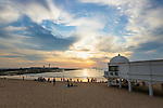 Spanien, Andalusien, Cadiz: Sonnentergang am Playa La Caleta beach mit dem Castillo de San Sebastian im Hintergrund   Spain, Andalusia, Cadiz: View at sunset over the Playa La Caleta beach with the Castillo de san sebastian behind