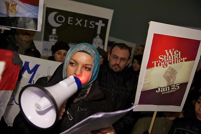 Protestkundgebung von Exil-Aegyptern in Duesseldorf<br /> Etwa 120 Exil-Aegypter versammelten sich am Dienstag den 1. Februar 201 in Duesseldorf zu einer Protestkundgebung gegen das Regime des Praesidenten Hosni Mubarak. Sie solidarisierten sich mit den Menschen in ihrem Heimatland und forderten den Ruecktritt der Regierung und des Praesidenten, sowie freie Wahlen und die Errichtung einer Demokratischen Regierung.<br /> Im Bild: Eine Exil-Aegypterin verliest einen Brief an Kanzelrin Merkel in dem die Kundgebungsteilnehmer die Bundesregierung mitverantwortlich fuer die jahrelange Unterdrueckung in Aegypten machen und die Bundesregierung auffordern, endlich die Unterstuetzung fuer Mubarak zu beenden.<br /> 1.2.2011, Duesseldorf<br /> Copyright: Christian-Ditsch.de<br /> [Inhaltsveraendernde Manipulation des Fotos nur nach ausdruecklicher Genehmigung des Fotografen. Vereinbarungen ueber Abtretung von Persoenlichkeitsrechten/Model Release der abgebildeten Person/Personen liegen nicht vor. NO MODEL RELEASE! Don't publish without copyright Christian-Ditsch.de, Veroeffentlichung nur mit Fotografennennung, sowie gegen Honorar, MwSt. und Beleg. Konto:, I N G - D i B a, IBAN DE58500105175400192269, BIC INGDDEFFXXX, Kontakt: post@christian-ditsch.de]