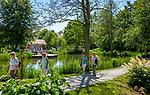 Deutschland, Bayern, Niederbayern, Naturpark Bayerischer Wald, Bodenmais: Spaziergaenger im Kurpark | Germany, Bavaria, Lower-Bavaria, Nature Park Bavarian Forest, Bodenmais: walking at spa gardens