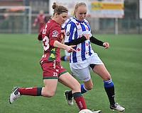 Dames Zulte - Waregem - SC Heerenveen : Pauline Windels aan de bal voor Bernou Hijkema (rechts).foto VDB / BART VANDENBROUCKE