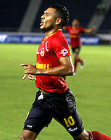 BARRANQUILLA - COLOMBIA - 01-07-2013: John Mendez jugador de Univesidad Autonoma celebra el gol anotado durante el partido en el estadio Metropolitano Roberto Melendez de la ciudad de Barranquilla, julio 3 de 2013. Universidad Autonoma y Union Magdalena en partido por la final del Torneo Postobon I. (Foto: VizzorImage / Alfonso Cervantes / Str). John Mendez player of Universidad Autonoma celebrates the goal scored Tournament during a game in the Roberto Melendez Metropolitan Stadium in Barranquilla city, July 3, 2013. Universidad Autonoma and Union Magdalena in a match for the final of the Postobon I Tournament. (Photo: VizzorImage / Alfonso Cervantes / Str.)