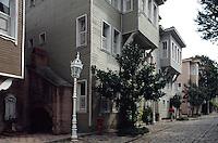 Türkei, Holzhäuser in Sultanahmet auf der Straße Soguk Cesme Sodak in Istanbul