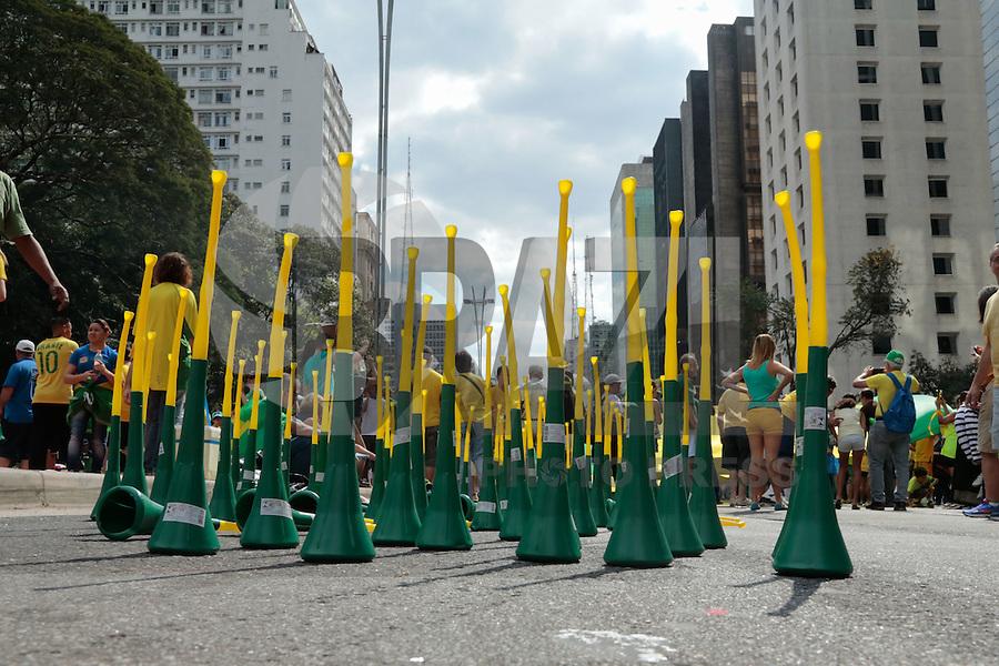 SÃO PAULO,SP, 16.08.2015 - PROTESTO-DILMA - Comércio de vuvuzelas durante ato contra o governo Dilma Rousseff (Partido dos Trabalhadores) na Avenida Paulista em São Paulo, neste domingo, 16.  (Foto: Adriana Spaca/Brazil Photo Press)