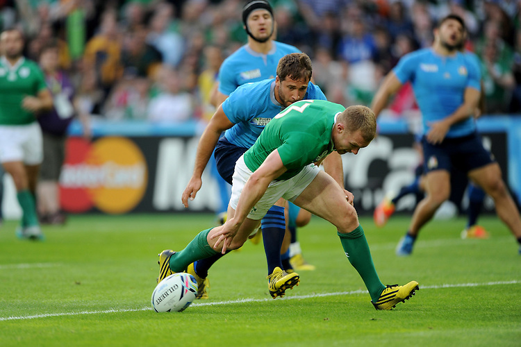 Keith Earls of Ireland scores a try as Michele Campagnaro of Italy attempts to catch him during Match 28 of the Rugby World Cup 2015 between Ireland and Italy - 04/10/2015 - Queen Elizabeth Olympic Park, London<br /> Mandatory Credit: Rob Munro/Stewart Communications