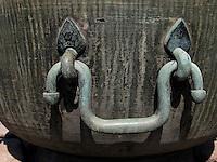 Bronzegefäß bei Thronhalle Injeongjein im Changdeokgung Palast, Seoul, Südkorea, Asien, UNESCO-Weltkulturerbe<br /> Bronze vessel near throne hall Injeongjeon in palace Changdeokgung,  Seoul, South Korea, Asia UNESCO world-heritage