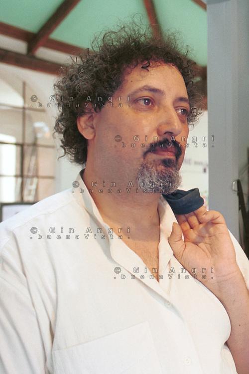 """Khaled Fouad Allam, sociologo algerino sessantenne, esperto di mondo musulmano e docente di Storia dei paesi islamici all'università di Trieste. Era stato deputato dell'Ulivo e anche editorialista di Repubblica sui temi del Medioriente. <br />  Islamista anche all'ateneo di Urbino, Fouad Allam era anche giornalista e un importante """"ponte"""" nei rapporti tra Occidente e mondo islamico.<br /> <br /> <br /> Il professore era stato candidato nel 2006 per l'Ulivo alle elezioni politiche per la Camera. Membro del partito radicale transnazionale e consulente del sindaco di Mazara del Vallo (Trapani) per le politiche sull'immigrazione. Nel 2007 aveva ricevuto il premio del Senato per il libro """"La solitudine dell'Occidente""""."""