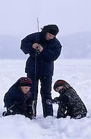 Amérique/Amérique du Nord/Canada/Quebec/Rivière-Eternité : Pêche blanche sur le Fjord du Saguenay - Emilie, sa mère et son frère [Autorisation : 200-201]