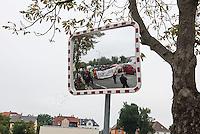 Demonstration gegen Rechte und Rassisten in Bautzen.<br /> Am Sonntag den 18. September 2016 demonstrierten im saechsischen Bautzen ca. 400 Menschen gegen die anhaltende rassistische Stimmung in Bautzen. Mehrere zunder Polizeibeamte begleiteten die Demonstration ueberwiegend mit engem Spalier.<br /> Mehrfach versuchten Rechte und Nazis an die Demonstration zu kommen, wurden jedoch durch Ansprechen durch Polizeibeamte von der Demonstration ferngehalten. Teilweise wurden die Demonstranten von Anwohnern rassistisch beschimpft und mit Eiern beworfen.<br /> 18.9.2016, Bautzen/Sachsen<br /> Copyright: Christian-Ditsch.de<br /> [Inhaltsveraendernde Manipulation des Fotos nur nach ausdruecklicher Genehmigung des Fotografen. Vereinbarungen ueber Abtretung von Persoenlichkeitsrechten/Model Release der abgebildeten Person/Personen liegen nicht vor. NO MODEL RELEASE! Nur fuer Redaktionelle Zwecke. Don't publish without copyright Christian-Ditsch.de, Veroeffentlichung nur mit Fotografennennung, sowie gegen Honorar, MwSt. und Beleg. Konto: I N G - D i B a, IBAN DE58500105175400192269, BIC INGDDEFFXXX, Kontakt: post@christian-ditsch.de<br /> Bei der Bearbeitung der Dateiinformationen darf die Urheberkennzeichnung in den EXIF- und  IPTC-Daten nicht entfernt werden, diese sind in digitalen Medien nach §95c UrhG rechtlich geschuetzt. Der Urhebervermerk wird gemaess §13 UrhG verlangt.]