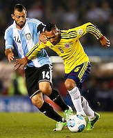 BUENOS AIRES - ARGENTINA - 07-06-2013: Javier Mascherano (Izq.) jugador de Argentina disputa el balón con Aldo Leao Ramirez (Der.) de Colombia, durante partido en estadio Monumental Antonio Vespucio Liberti, Buenos Aires Argentina, junio 7 de 2013. Argentina y Colombia disputan partido por la clasificación a la Copa Mundo FIFA Brasil 2014 (Foto: Photogamma / Javier Garcia Martino/ Vizzorimage). Javier Mascherano (L) Argentina player fights for the ball with Aldo Leao Ramirez (R) of Colombia, during game at Antonio Vespucio Liberti Monumental Stadium, Buenos Aires, Argentina, June 7, 2013. Argentina and Colombia dispute the qualifier match for the 2014 FIFA World Cup Brazil. (Photo: Photogamma Javier Garcia Martino/ Vizzorimage)