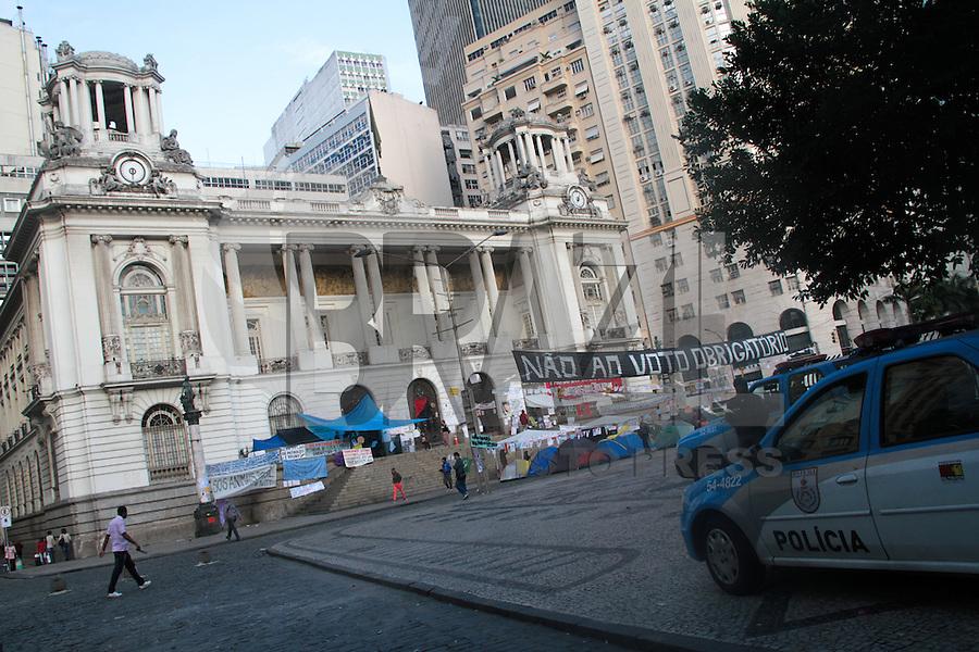 RIO DE JANEIRO, RJ, 16.08.2013 -  Manifestantes continuam acampados em frente da Câmara dos Vereadores na Cinelância, centro da cidade, exigindo a reformulação dos integrantes da CPI dos ônibus entre outras reivindicações nesta sexta-feira 16. (Foto. Néstor J. Beremblum / Brazil Photo Press).