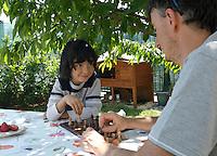 homeschooling, educazione parentale. Thomas impegnato nel gioco di scacchi con suo padre