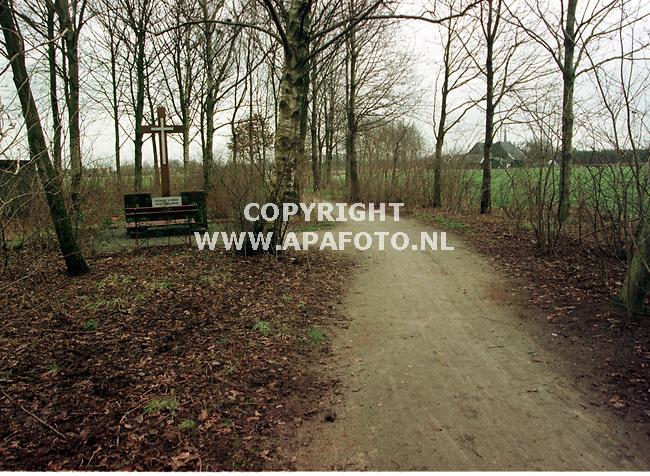 """zieuwent 140199 kerkepad bij ziewent  m""""ollasdiek  met kruis<br /> foto frans ypma."""
