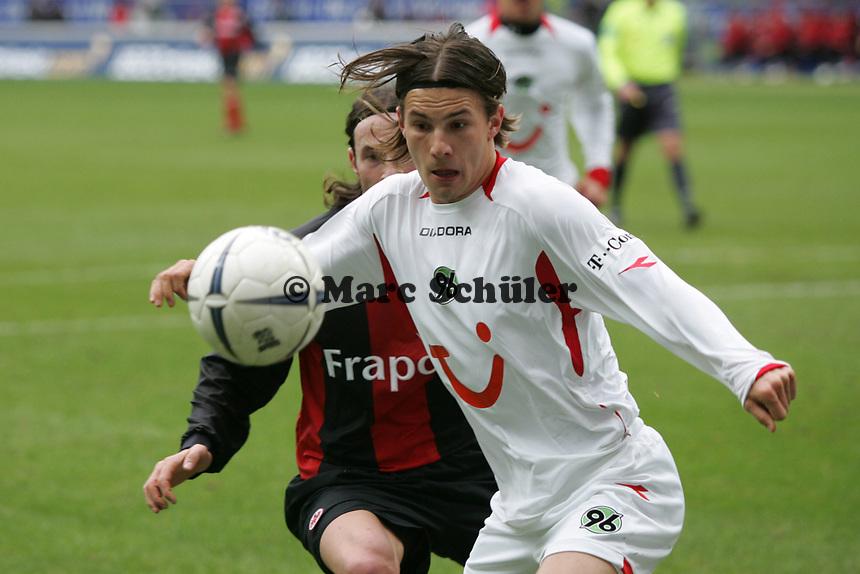 Szabolcs Huszti (Hannover 96) hat den Ball fest im Blick - dahinter Ioannis Amanatidis (Eintracht Frankfurt), vl+++ Eintracht Frankfurt vs. Hannover 96, 03.03.2007, Commerzbak Arena Frankfurt +++ Marc Schueler, Am Wolfsberg 11, 64569 Nauheim, 0151/11654988 +++ Bild ist honorarpflichtig. Marc Schueler, Kreissparkasse Grofl-Gerau, BLZ: 50852553, Kto.: 8047714