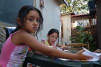 Un campo nomadi a Roma, in via Salviati. Donne e bambini durante momenti di vita quotidiana..A gypsy Rom camp in Rome, Salviati street. Women and children during times of daily life..