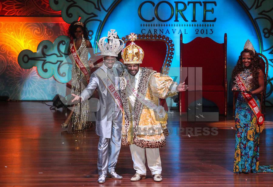 SAO PAULO, SP, 17 JANEIRO 2013 - CARNAVAL SP - CORTE -  Gledson Lima Fonseca (e) coroado a Rei Momo durante a eleição da Corte do Carnaval de São Paulo 2013, no auditório do Anhembi, zona norte da capital paulista, na noite desta quinta-feira. Sete candidatos a Rei Momo e oito candidatas a Rainha do Carnaval disputam o concurso. Os vencedores representam o carnaval paulista em diversos eventos durante o ano.(FOTO: VANESSA CARVALHO / BRAZIL PHOTO PRESS).