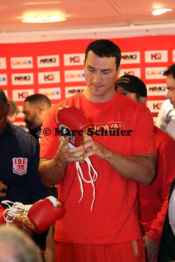 Weltmeister Wladimir Klitschko (UKR) sucht sich Handschuhe aus