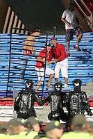 CALI -COLOMBIA-10-11-2014. Hinchas del América de Cali  atacan a la Policía tras la suspensión del encuentro con Deportivo Pereira por la fecha 2 de los cuadrangulares finales del Torneo Postobón II 2014 jugado en el estadio Pacual Guerrero de la ciudad de Cali./ Followers of America de Cali attack to Police after the suspension of the match against Deportivo Pereira for the second date of final Quadrangular of Postobon Tournament II 2014 at Pascual Guerrero stadium in Cali city. Photo: VizzorImage/Juan C. Quintero/STR