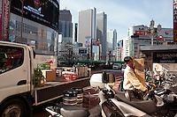Shinjuku est un quartier situé autour de la gare de Shinjuku. C'est l'un des quartiers les plus animés de Tokyo, mais aussi un haut lieu des affaires abritant le siège de nombreuses grandes sociétés. Parmi les grands magasins du Japon (Isetan, Kei?, Odakyu, Marui, Mitsukoshi, Seibu, Takashimaya et T?ky?) sont là. On y trouve aussi des cinémas, restaurants, bars, et des hôtels internationaux.Tokyo, Asia, Asie, Japon, JapanShinjuku (???) est l'un des 23 arrondissements spéciaux) fondés en 1947 en remplacement de la municipalité de Tokyo. En 2008, sa population était de 313 806 personnes pour une superficie de 18,23 km2. C'est là que se trouve le gouvernement de la préfecture de Tokyo..Shinjuku est l'arrondissement de Tokyo comptant le plus grand nombre d'étrangers. Au 1er octobre 2005, on en comptait 29 353 de 107 nationalités différentes.[réf. nécessaire] Il s'agit d'abord de ressortissants de Corée (du Nord et du Sud) de Chine, de France, du Myanmar, et des Philippines.