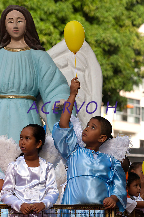 Roman Catholic pilgrims press together while following the image of the local saint Our Lady of Nazareth as it is paraded during the annual Cirio de Nazare procession, the country's biggest religious festival, in the city of Belem, at the mouth of the Amazon River October 13, 2013. More than one million Catholics, many of them from communities along the Amazon River's tributaries, converged on Our Lady of Nazareth basilica to participate in the event. <br /> Belém, Pará, Brazil.<br /> REUTERS/Paulo Santos <br /> 13/10/2013